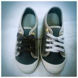 白いカラーOutsoleのファイバーの上部の靴