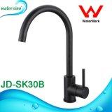 L'acqua fredda del dispersore di cucina annerisce il rubinetto del dispersore della filigrana