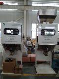 Bagging機械のコンベヤーベルトで重量を量る満ちるヘイゼルナッツ