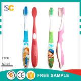 Baby betätigte preiswerte Wegwerfzahnbürste mit Zahnpasta