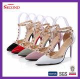 Remache negro de la PU de la patente en los zapatos de las mujeres de las correas