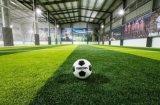 Relvado artificial da grama da falsificação do gramado da grama artificial do esporte do futebol