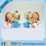La resina hace las estatuillas decorativas muchacho de la boda y la estatua de la muchacha a mano