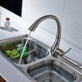Golpecito de agua de cobre amarillo aplicado con brocha níquel del lavabo de la cocina