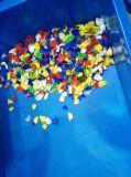 5개의 색깔 플라스틱 재생 색깔 분류하는 사람
