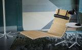De Chaise-longue van Poul Kjarholm Pk24 in Rotan