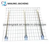 さまざまなタイプの電流を通されるによる網の塀