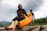 Uma pessoa senta-se no caiaque nao inflável do PE da parte superior