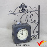 金属型の骨董品の柱時計のあたりでハングするロープ