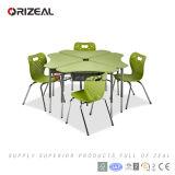 Jogos contemporâneos modernos da tabela e da cadeira sobre a mobília colaboradora da sala de aula da escola