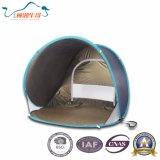 Популярный располагаться лагерем семьи хлопает вверх шатер пляжа с UV