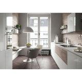 真新しく白い無光沢のラッカー木製の食器棚の家具