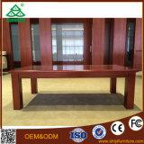 Sofá de madeira com a tabela do retângulo com a tabela de chá para a sala de visitas