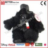 Chapéu desgastando do gorila macio realístico dos animais