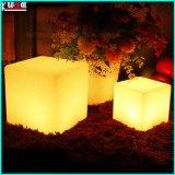Tabourets ou tables de cube en polyéthylène éclairé