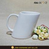 ハンドル10ozが付いている白い斜めの陶磁器のコーヒー・マグ