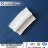 Tuile en céramique de courbe d'alumine de 92% avec la cannelure pour les doublures en céramique