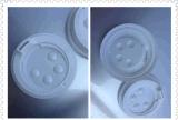 Behälter mit dem Deckel/Kappe, welche die Formung der Maschine bilden