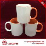 Caneca de café cerâmica branca com colher e punho do coração