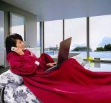 袖が付いているSofttextileの大人TV毛布