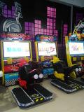 Машина видеоигры участвуя в гонке автомобиля малышей с видеоигрой