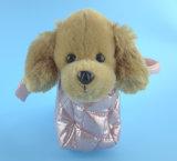 携帯用犬袋のプラシ天のおもちゃを持つかわいいプラシ天犬