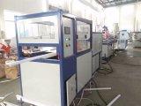 Maquinaria expulsando do plástico para produzir o Lampshade do diodo emissor de luz