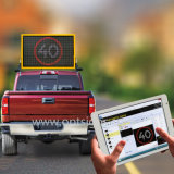 El mensaje variable montado el vehículo ambarino de la seguridad en carretera firma las VM