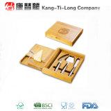 Caja de bambú del queso con el cuchillo