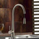 Scegliere la maniglia flessibile estraggono i rubinetti d'ottone della cucina dello spruzzo