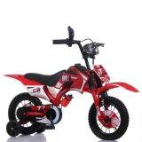 子供の自転車の子供の自転車はモーター様式のバイクをからかう