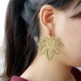 Das antike geschnitzte Goldfarben-Kupfer höhlt heraus Ahornblatt-Ohrring aus