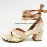 新しいデザインのぞき見のつま先を搭載するがっしりした中間のかかとのサンダルの靴