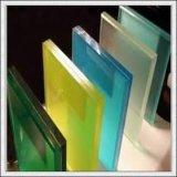 건물을%s 파랗거나 녹색 또는 청동색 또는 분홍색 또는 노란 박판으로 만들어진 유리