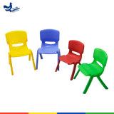 Kindergarten-Plastikstuhl und Schreibtisch