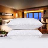 卸し売りホテルのベッドの白いアヒルの羽のスリープの状態である枕