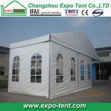 Grande tente en aluminium avec des murs en verre