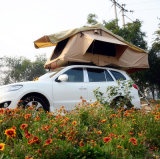 マットレスが付いている屋根の上のテントの自己運転