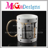 ハンドルの陶磁器のコーヒー・マグが付いている新しいデザイン文字