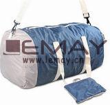 Багаж перемещения женщин кладет большую емкость в мешки