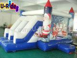 Différents genres d'enfants sautant le videur gonflable avec la glissière
