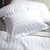 Katoenen die van de Reeksen van het Beddegoed van de Slaapkamer van het Beddegoed van het hotel Dekbed voor de Slaapkamer van het Hotel wordt geplaatst