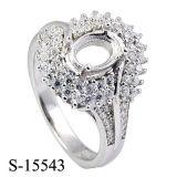 Ring die de Echte Zilveren vier-Riek Ringen van de Vrouwen van CZ plaatsen