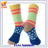 Bunte Großhandelspunkte gekämmte Baumwollkleid-Socken