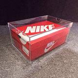 真新しく明確なアクリルのスニーカーの靴箱