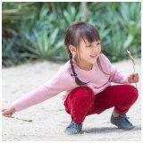 겨울에 있는 아기 옷을 입어 뜨개질을 하는 소녀 아이들