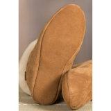 暖かい冬の屋内羊皮の女性の靴のブート