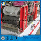 no Local que faz o negócio de processamento de papel pequeno Using a máquina do guardanapo do tecido