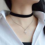 黒いビロードの銀によってめっきされるチェーン十字の吊り下げ式のチョークバルブのネックレス