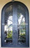 家のための手作りされたアーチの上の鉄の前部出入口